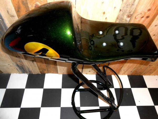 tabouret de bar avec coque arrière café racer peinture candy vert + metal flakes