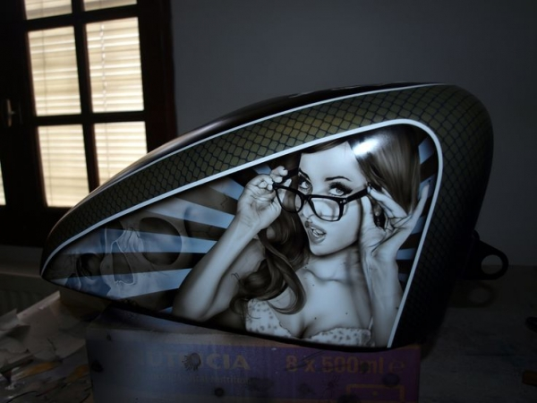 Airbrush Art on Harley Tank - Fotorealismo