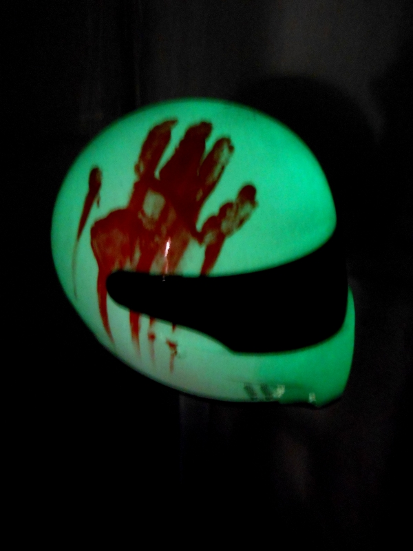 bloody helmet  peinture casque avec vernis phosphorescent