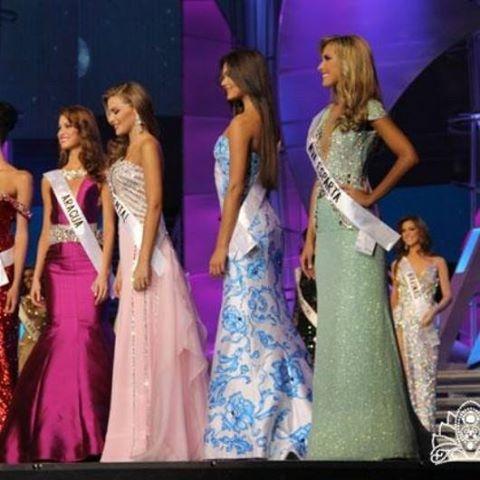 vestido blanco con flores azules pintado con la tecnica de aerografia, para el certamen del Miss Venezuela 2013 1era finalista mis Internacional 2013 por nixa arte y aerografia,, www.facebook.com/pages/nixa-arte-y-aerografia/222640651124798?fref=ts